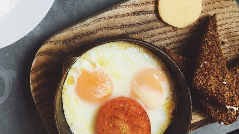 яичница с помидорами и сыром фото